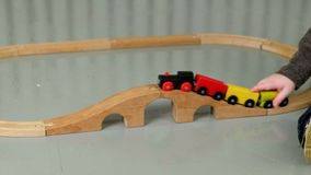 Rapaz pequeno que joga com estrada de ferro de madeira vídeos de arquivo