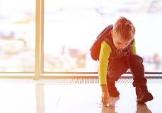 Rapaz pequeno que joga com plano do brinquedo no aeroporto Fotografia de Stock