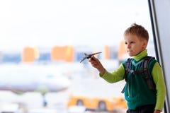 Rapaz pequeno que joga com plano do brinquedo no aeroporto Imagens de Stock Royalty Free