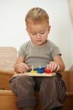 Rapaz pequeno que joga em escadas Fotografia de Stock Royalty Free