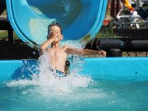 Rapaz pequeno que joga em um parque da água Foto de Stock