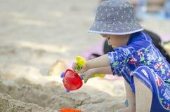 Rapaz pequeno que joga na praia Imagem de Stock Royalty Free