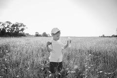 Rapaz pequeno que joga no campo Fotografia de Stock Royalty Free