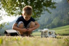 Rapaz pequeno que joga no local de acampamento Fotografia de Stock Royalty Free