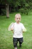 Rapaz pequeno que joga o badminton Imagem de Stock