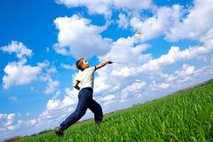 Rapaz pequeno que joga o badminton Imagens de Stock Royalty Free