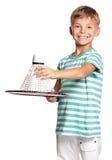 Rapaz pequeno que joga o badminton Fotografia de Stock Royalty Free