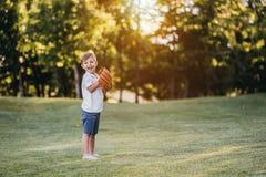 Rapaz pequeno que joga o basebol imagem de stock