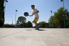 Rapaz pequeno que joga o basquetebol Imagens de Stock Royalty Free
