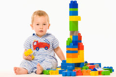 Rapaz pequeno que joga o construtor Fotografia de Stock Royalty Free