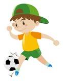 Rapaz pequeno que joga o futebol Fotografia de Stock
