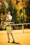 Rapaz pequeno que joga o tênis Foto de Stock Royalty Free