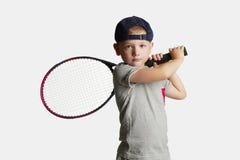 Rapaz pequeno que joga o tênis Crianças do esporte Criança com raquete de tênis foto de stock