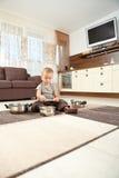 Rapaz pequeno que joga potenciômetros withcooking Fotografia de Stock Royalty Free