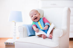Rapaz pequeno que lê um livro Imagens de Stock Royalty Free