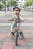 Rapaz pequeno que monta uma bicicleta Criança na bicicleta Imagens de Stock Royalty Free