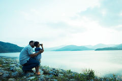 Rapaz pequeno que olha com binocular Imagem de Stock Royalty Free