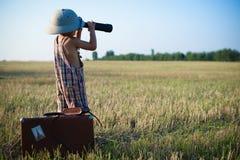 Rapaz pequeno que olha na distância no campo Fotografia de Stock Royalty Free