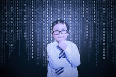 Rapaz pequeno que olha o código binário Fotografia de Stock