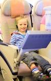 Rapaz pequeno que olha a tevê em voo Fotografia de Stock