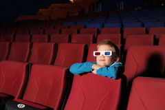 Rapaz pequeno que olha um filme Foto de Stock