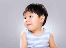 Rapaz pequeno que olha um outro lado imagem de stock royalty free