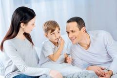 Rapaz pequeno que pede que seu pai dê-lhe um beijo imagem de stock