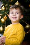 Rapaz pequeno que praying no Natal fotos de stock royalty free