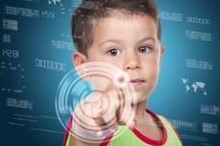Rapaz pequeno que pressiona a elevação - tipo da tecnologia de botões modernos em um virtua Foto de Stock Royalty Free