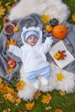 Rapaz pequeno que relaxa no parque do outono foto de stock