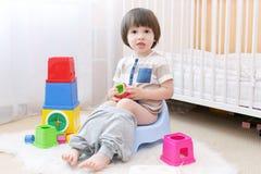 Rapaz pequeno que senta-se em potty Fotografia de Stock Royalty Free