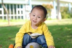 Rapaz pequeno que senta-se na boneca imagens de stock royalty free