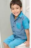 Rapaz pequeno que senta-se no toalete Fotografia de Stock
