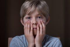 Rapaz pequeno que sente receoso Fotos de Stock Royalty Free