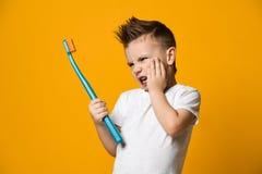 Rapaz pequeno que sofre da dor de dente - problema dental imagens de stock royalty free
