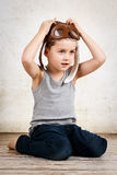 Rapaz pequeno que sonha para ser um piloto Imagens de Stock