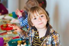 Rapaz pequeno que tem o almoço com seus amigos Imagem de Stock