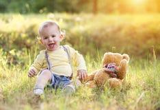 Rapaz pequeno que tem o divertimento em um prado Imagem de Stock Royalty Free