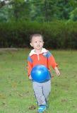 Rapaz pequeno que toma um balão fotografia de stock