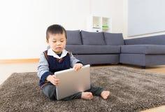 Rapaz pequeno que usa a tabuleta Imagens de Stock Royalty Free