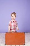 Rapaz pequeno que vai em uma viagem com mala de viagem Imagem de Stock Royalty Free