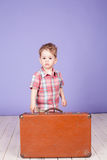 Rapaz pequeno que vai em uma viagem com mala de viagem Fotos de Stock Royalty Free