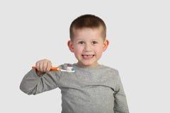 Rapaz pequeno que vai escovar os dentes imagens de stock royalty free