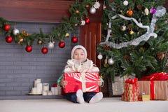Rapaz pequeno sob a árvore no Natal Imagens de Stock Royalty Free