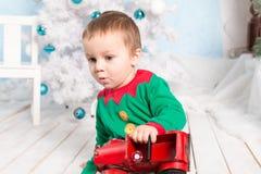 Rapaz pequeno surpreendido no assoalho com carro do brinquedo Foto de Stock Royalty Free