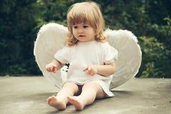 Rapaz pequeno vestido como o anjo Fotografia de Stock Royalty Free