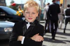 Rapaz pequeno vestido no laço do smoking e de curva Foto de Stock