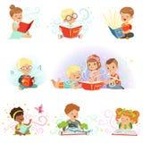 Rapazes pequenos adoráveis e meninas que sentam e que leem os contos de fadas ajustados Caçoa ilustrações fabulosas do vetor da i Fotografia de Stock