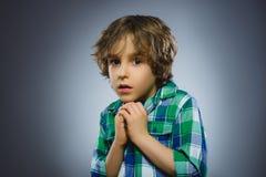 Rapazes pequenos assustado e chocados do close up Expressão humana da cara da emoção Imagem de Stock Royalty Free