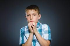 Rapazes pequenos assustado e chocados do close up Expressão humana da cara da emoção Imagens de Stock